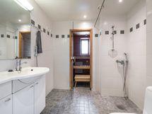 Vaaleansävyinen kylpyhuone