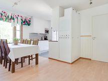 Näkymä olohuoneesta keittiöön, oikealla ovi kylpyhuoneeseen