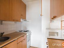 pieni keittiö olohuoneen yhteydessä