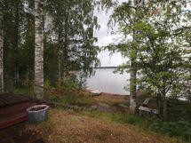 Näkymä pihasta järvelle