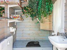 Soma ulkohuussi, kuivakäymälä, päärakennuksessa myös kompostikäymälä.