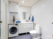 kylpyhuone, jossa samassa kodinhoitohuonetta