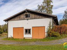 Hallin toisessa päädyssä on erillinen kaksilla ovilla oleva tila vaikka autotalliksi (n. 8 x 11 m).