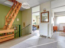 Yläkerran aulasta portaat käyttöullakolle.