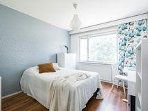 Tilava ja valoisa makuuhuone, johon tarvittaessa m