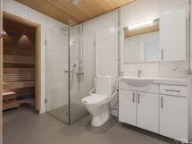 Saunaosasto ja tilava kylpyhuone/wc