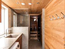 Kodinhoitotila kylpyhuoneen yhteydessä.
