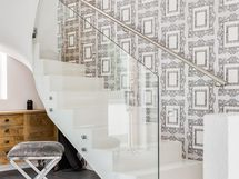 Upeat lasikaiteiset portaat yläkertaan
