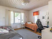 Yläkerran makuuhuone 13,2 m2