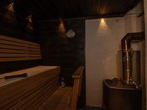 Sauna puilla lämmitettävällä kiukaalla