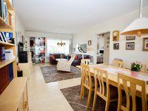 Yhtenäinen olohuone ja ruokailuhuone