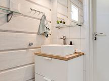 Alakerran kylpyhuonetta/ Nedre våningens badrum