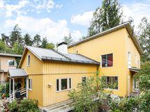 Talon vanha puoli on valmistunut vuonna 1947 ja uusi puoli vuonna 2013.