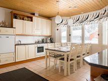 Viihtyisä ja tilava keittiö olohuoneen vieressä