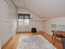 Yläkerran makuuhuone  4 etupihan puoella