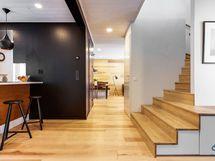 Näkymä eteiskäytävästä ruokailutilan suuntaan, upeat saarnipintaiset portaat yläkertaan.