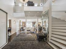 Tyylikäs sisääntuloaula, koko asunto avautuu upeasti