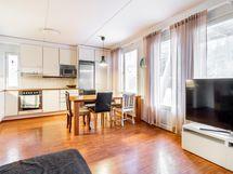 Yhtenäinen ja tilava keittiö/olohuone