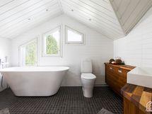 Yläkerran kylpyhuone ihanine ammeineen
