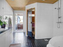 Spa-tyyppiseltä kylpyhuone/saunaosastolta on käynti pohjoisparvekkeelle.