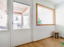 Makuuhuoneen ikkuna ja parveke