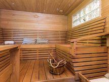 Saunarakennuksen tilava sauna, kuva v. 2014