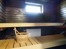 Tunnelmallinen tumma sauna.