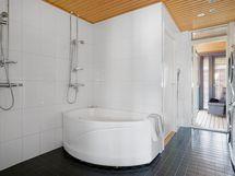 Kylvyn ja saunan kautta lasitetulle eteläparvekkeelle vilvoittelemaan