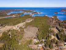 Lisämaa alue on 800 m pitkä ja leveimmillään 130 m