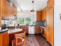 Valoisassa keittiössä on reilusti ikkunoita