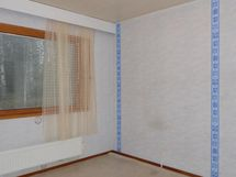 toinen makuuhuone, molemmista näkymä etupihalle