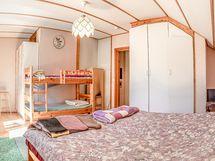 Yläkerran makuuhuone 3, josta käynti aurinkoiselle parvekkeelle