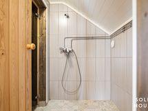Yläkerrassa oleva pesutila ja suihku
