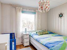 Valoisa ja tilava makuuhuone pihan puolelle