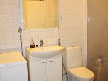 3. makuuhuoneen vieressä sijaitsee kylpyhuone.