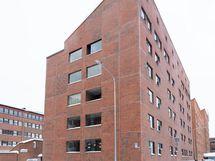 1. krs asunto, jossa lasitettu parveke ja ikkunat päättyvälle, vähäliikenteiselle kadulle.