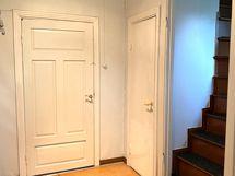 eteisessä oikealla portaat yläkertaan ja wc. Suoraan käynti keittiöön.