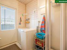 Kylpyhuoneessa on tilaa pesukoneelle ja myös kuivausrummulle.