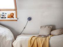 Yläkerran makuuhuone, jossa on kattoikkuna.