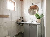 Yläkerrassa kylpyhuone ja sauna