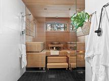 Näkymä saunaan ja pesuhuoneeseen