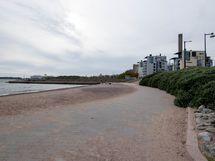 Uimaranta ja useita rantakahviloita sijaitsee kodin läheisyydessä.