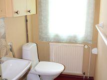Kylpyhuoneessa on peilikaappi ja patteri.