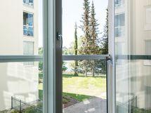 Isot ranskalaisen parvekkeen ovet yksiössä