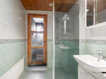 Pesuhuone, jossa lattialämmitys