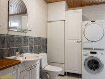 Kylpyhuoneessa hyvät kodinhoitotilat