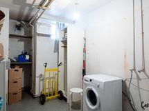 Ikkunallinen erillinen varastohuone, kellarissa omassa käytössäsi.