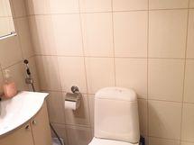 Kylpyhuoneessa 2 suihkua.