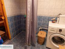 Kylpyhuone on siisti ja tilava