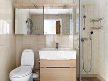 Kylpyhuone on tilava ja tyylikkäästi remontoitu.